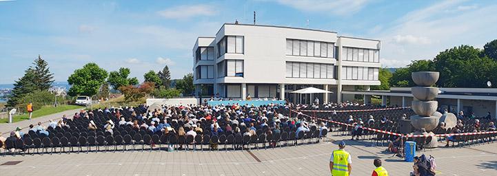 296 Stimmberechtige hatten sich auf dem Zolliker Buechholzplatz für die Landsgemeinde eingefunden. (Bild: cef)