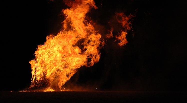 Mit Feuer, ohne Festreden