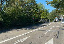 Strasse mit vier Fahrbahnen