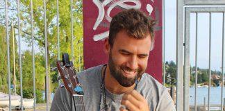 Jack Zhoul mit Gitarre