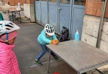 Kind ziehlt mit Wasserpistole auf Patronenhülsen
