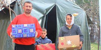 Familie mit Geschenkpacket in den Händen
