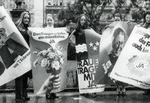 Frauen mit Plakate am Demonstrieren