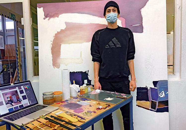 Antonio Cekajlo kreiert in den Räumlichkeiten der Fröhlich Info AG seine Kunst. (Bild: ab)