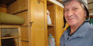 Auch im Winter schaut Hans Züger regelmässig nach seinen fleissigen Bienen. (Bild: bms)