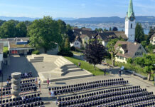 104 Stimmberechtige haben sich bei strahlendem Wetter auf dem Zolliker Buechholzplatz für die Landsgemeinde eingefunden. (Bild: ab)
