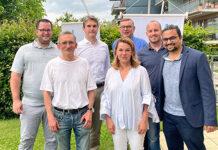 Am Grillevent der FDP Zollikon traf sich der Vorstand mit prominentem Besuch: Moritz Blumer, Patrick Biedermann, Nationalrat Beat Walti, Lisa Meyerhans Sarasin (Präsidentin); Martin Byland, Felix Heer, Darius Meier. (Bild: zvg)