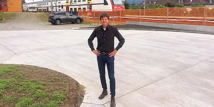 Der Zolliker Ingenieur Patrick Maag hat am Bahnhof Zollikon den Wendeplatz für die neue Buslinie 99 sowie neue Haltestellen realisiert. (Bild: sb)