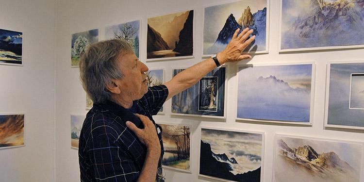 Gerne erklärt der Zumiker Peter Schneider seine besondere Technik, um Tiefe in die Bilder zu bekommen. (Bild: bms)