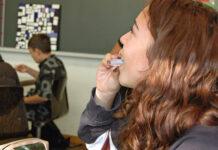 Zehn Sekunden wird die Salzlösung im Mund behalten, dann wieder ausgespuckt: Die grosse Mehrheit der Zolliker Schülerinnen und Schüler beteiligen sich an den freiwilligen Tests. (Bild: bms)